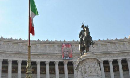 Blocco Studentesco, gigantografia di Monti 'vampiro' esposta dall'Altare della Patria