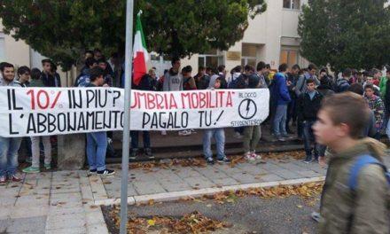 """Foligno: Sit-in del Blocco Studentesco contro aumenti Umbria Mobilità al """"Da Vinci"""""""