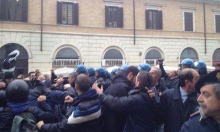 Blocco Studentesco: Roma, carica della polizia sotto la Provincia 2 fermati