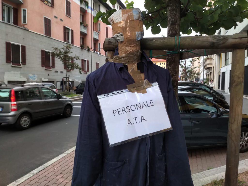 blocco studentesco milano protesta manichini mancanza personale ata